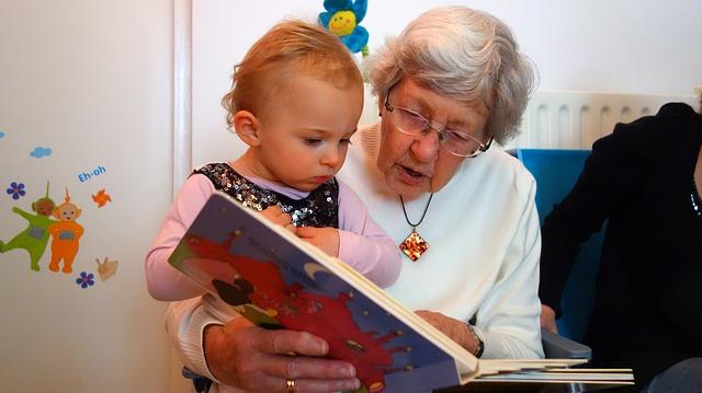 babička a vnouče s knihou