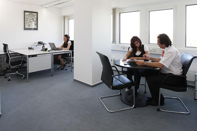 zaměstnanci v kanceláři.jpg