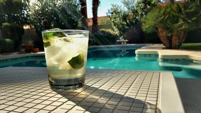 nápoj u bazénu.jpg